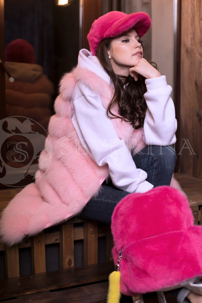 pesec rozovyj 3 700x1050 - жилет из меха песца розового цвета