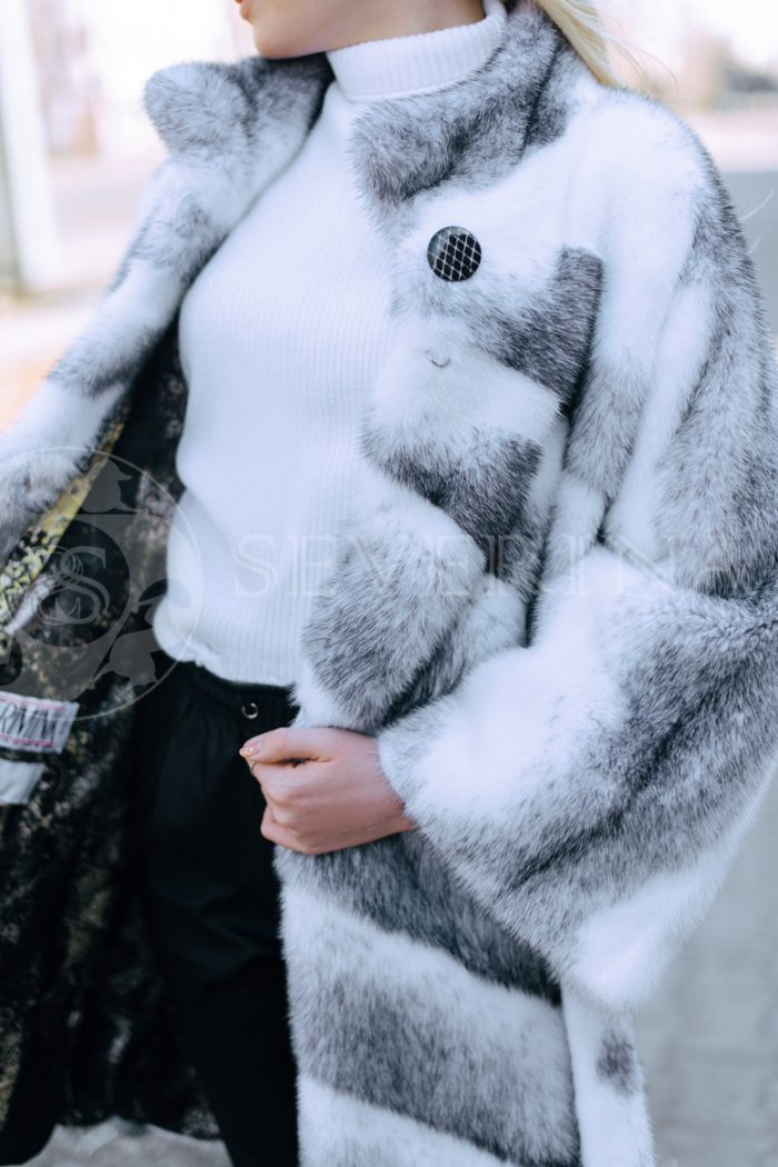 belaja norka krestovka polosami blondinka v gorode 5 700x1050 - шуба из меха норки-крестовки sapphire cross