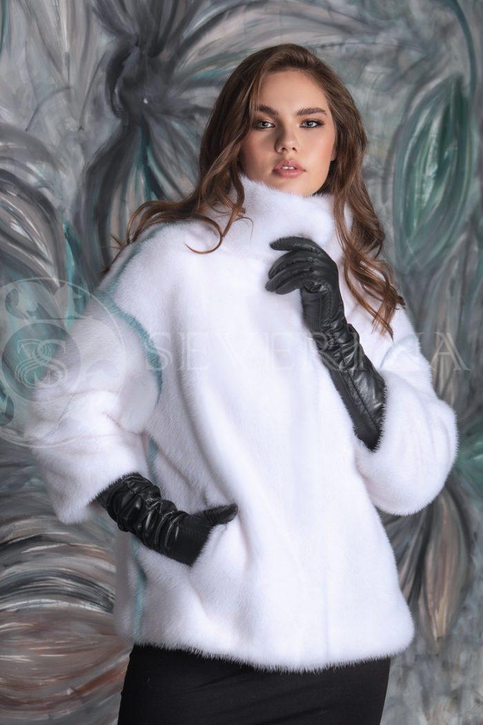 belaja norka polosy na rukavah fon birjuzovaja stena cvety 4 700x1050 - шуба-полупальто из меха норки белого цвета