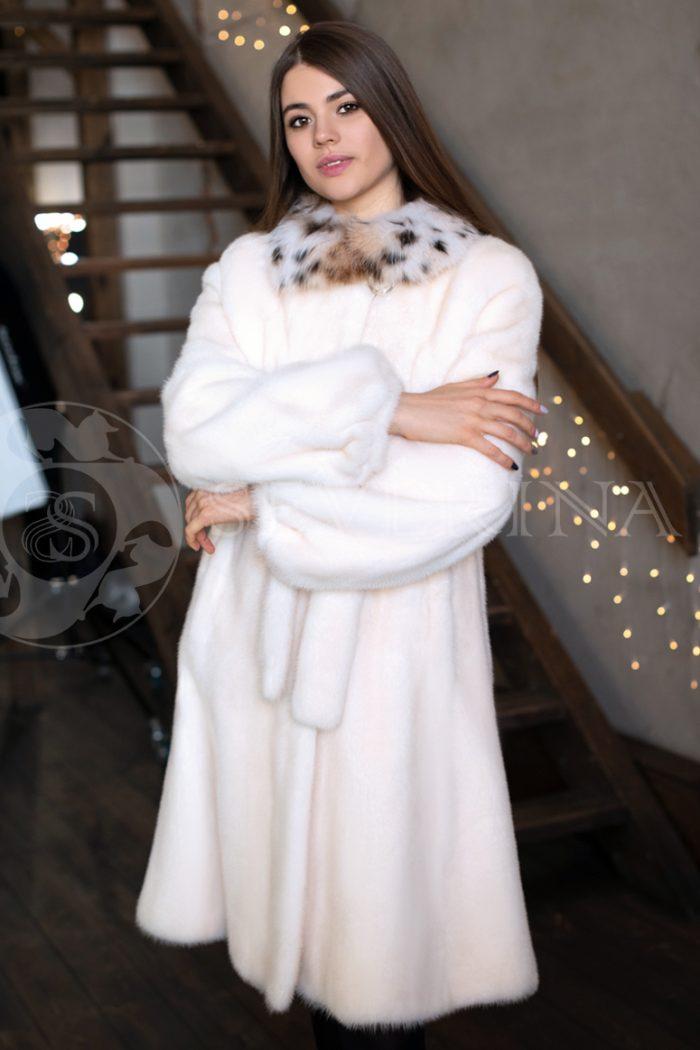 belaja norka vorotnik rys brjunetka v studii kantri 2 700x1050 - шуба из меха норки pearl с отделкой мехом рыси