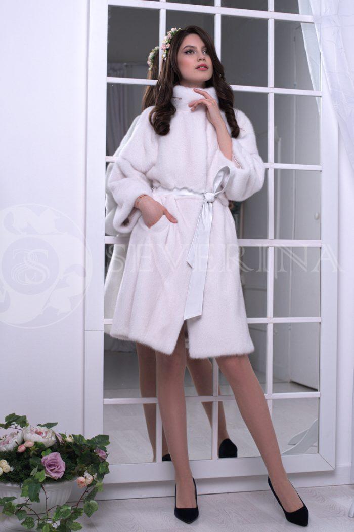 belaja norka liza na fone zerkal 1 700x1050 - шуба из меха норки белого цвета