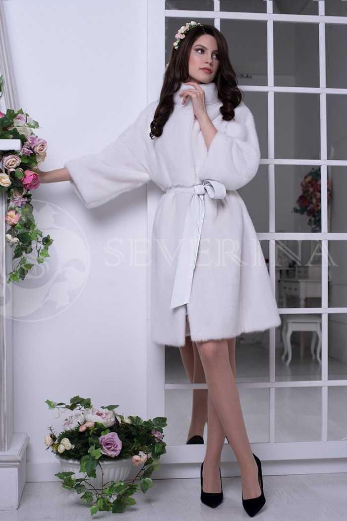 belaja norka liza na fone zerkal 5 700x1050 - шуба из меха норки белого цвета