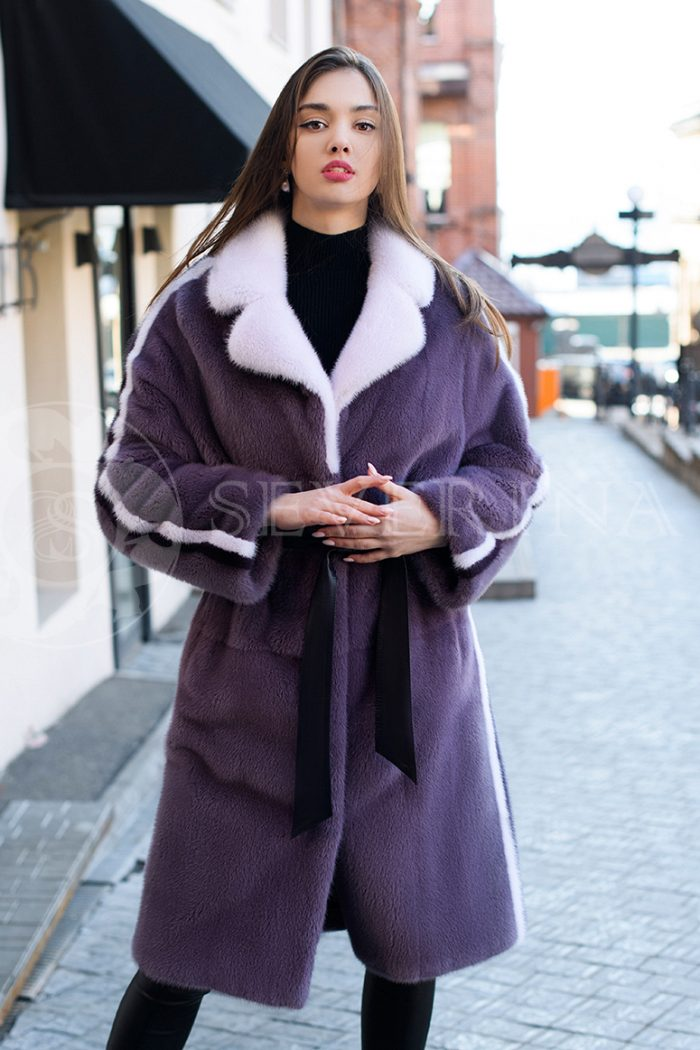 шуба из меха норки фиолетового цвета с контрастными лампасами и воротником