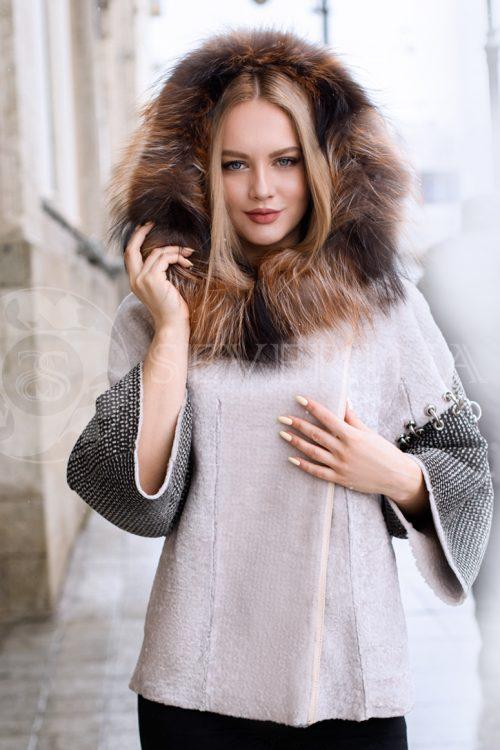 ovchina kolca na rukavah lisa kapjushon blondinka v gorode 1 500x750 - двусторонняя куртка-дубленка из меха овчины с отделкой мехом лисы