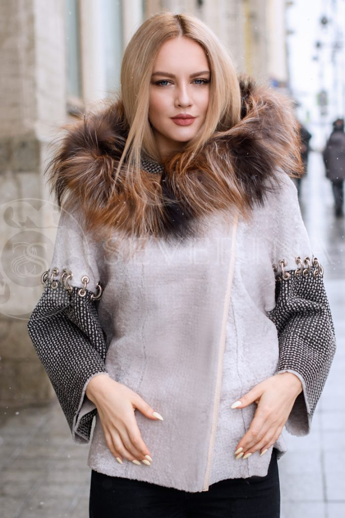 ovchina kolca na rukavah lisa kapjushon blondinka v gorode 2 700x1050 - двусторонняя куртка-дубленка из меха овчины с отделкой мехом лисы
