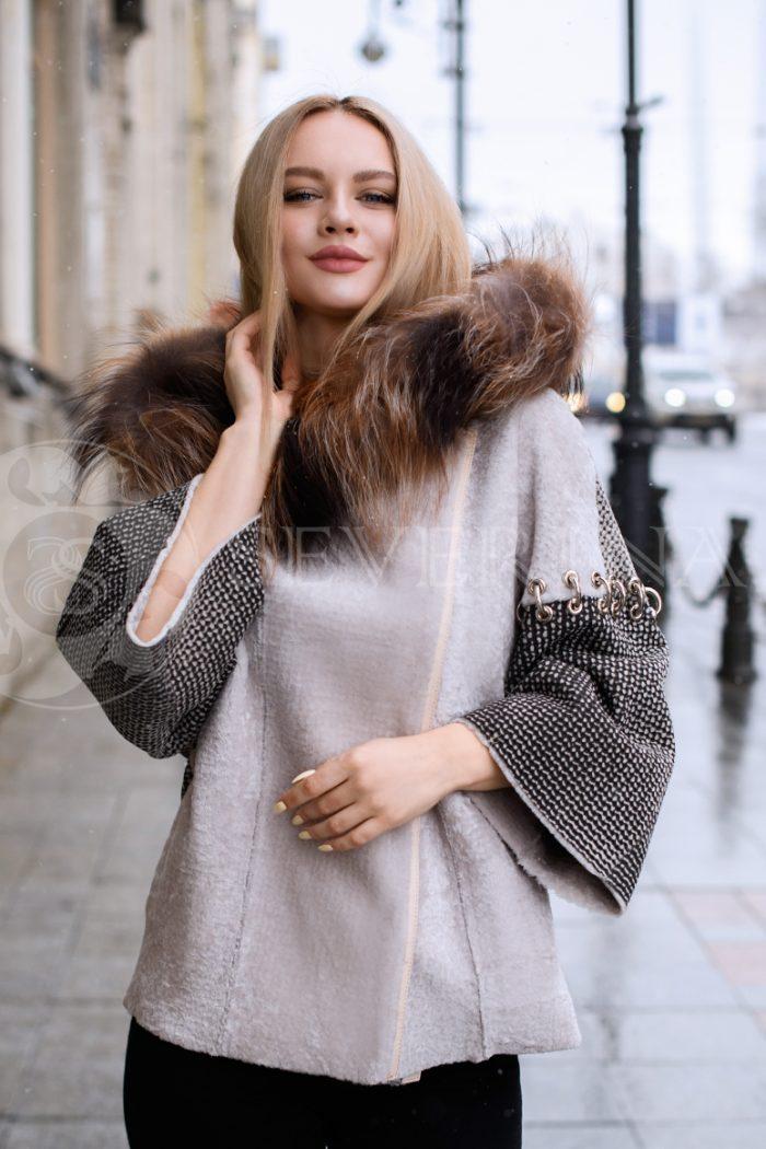 ovchina kolca na rukavah lisa kapjushon blondinka v gorode 3 700x1050 - двусторонняя куртка-дубленка из меха овчины с отделкой мехом лисы