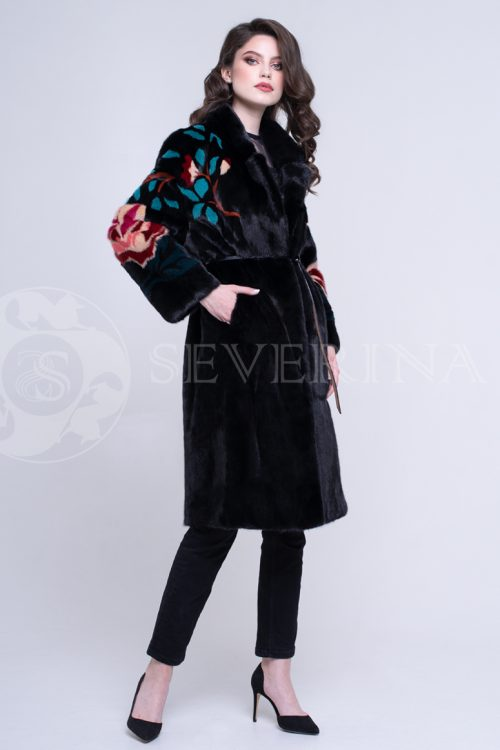 """chernaja norka cvety po plecham 1 500x750 - куртка """"косуха"""" из натуральной кожи с выработкой под рептилию и отделкой из меха норки"""