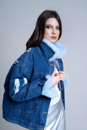 doletskiy 1319 300x450 - джинсовая куртка с отделкой мехом норки голубого цвета и принтом