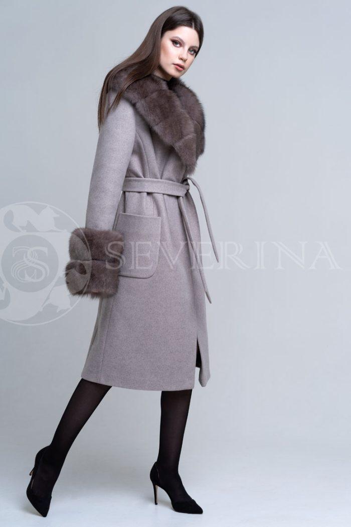 bezhevoe pesec1 700x1050 - пальто с отделкой из меха песца в цвете соболь