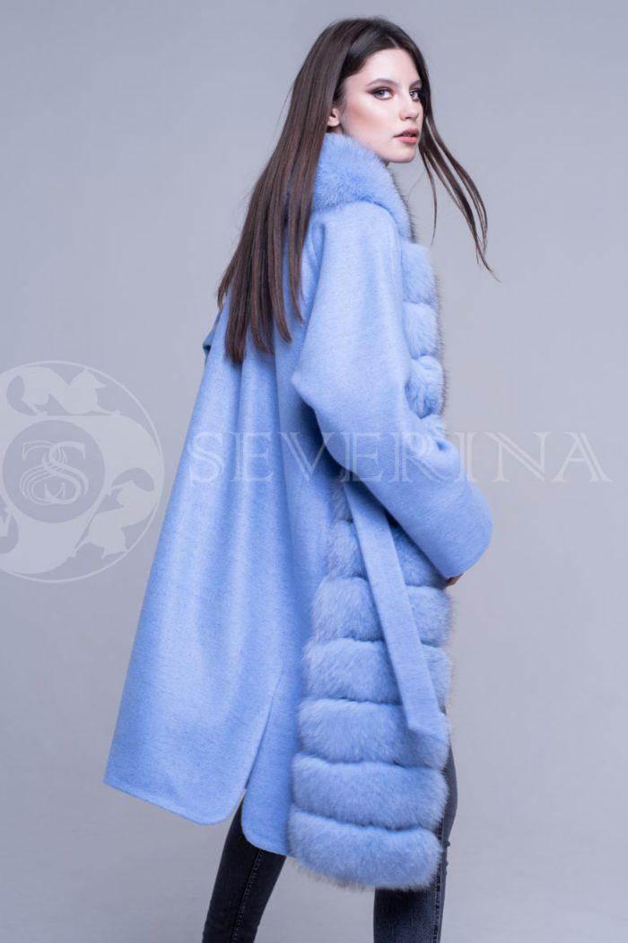 пальто с отделкой из меха песца голубого цвета