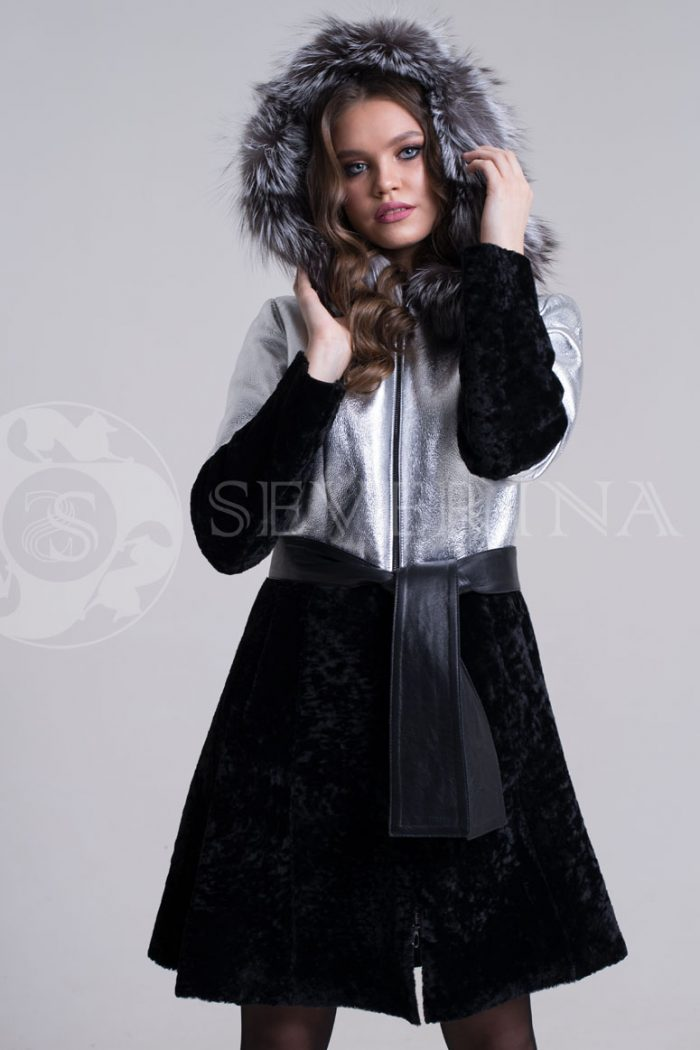 dublenka shuba serebristo chernaja fason plate1 700x1050 - куртка-дубленка из металлизированной кожи и овчины с отделкой мехом чернобурки