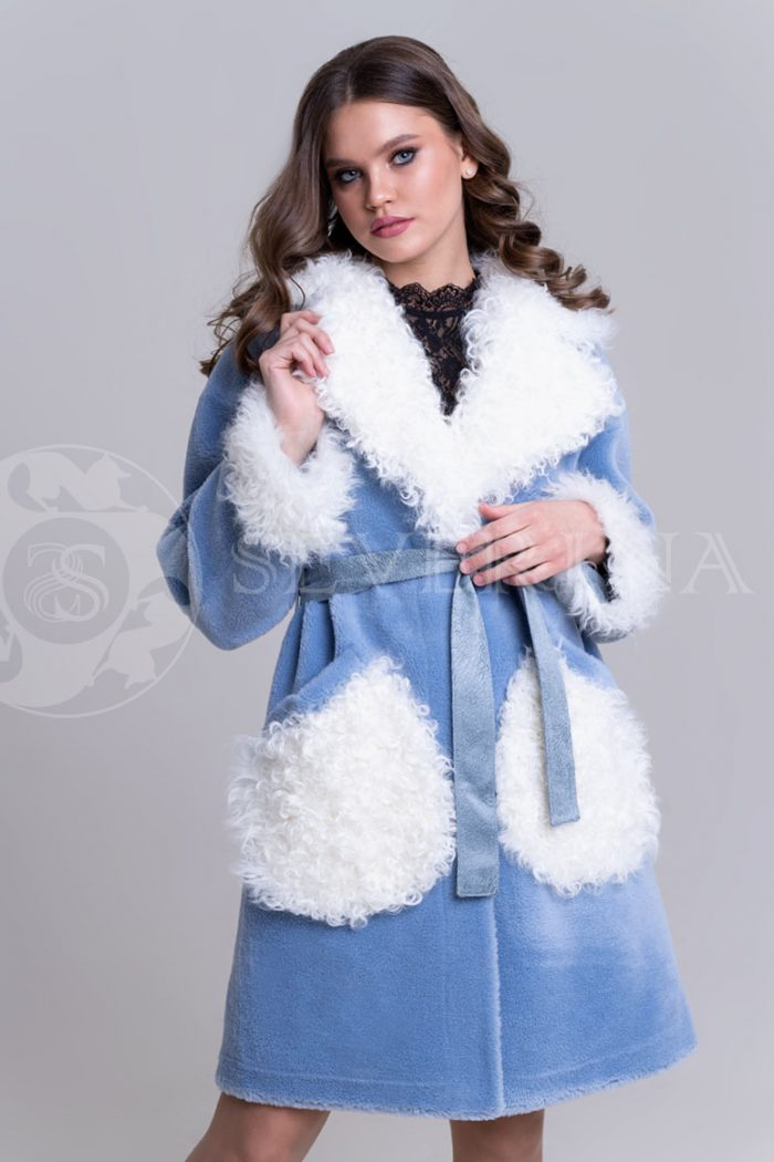 palto jekomeh goluboe c beloj otdelkoj1 700x1050 - пальто из меха овчины с отделкой мехом козлика