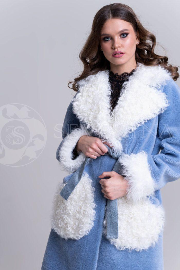 palto jekomeh goluboe c beloj otdelkoj2 700x1050 - пальто из меха овчины с отделкой мехом козлика