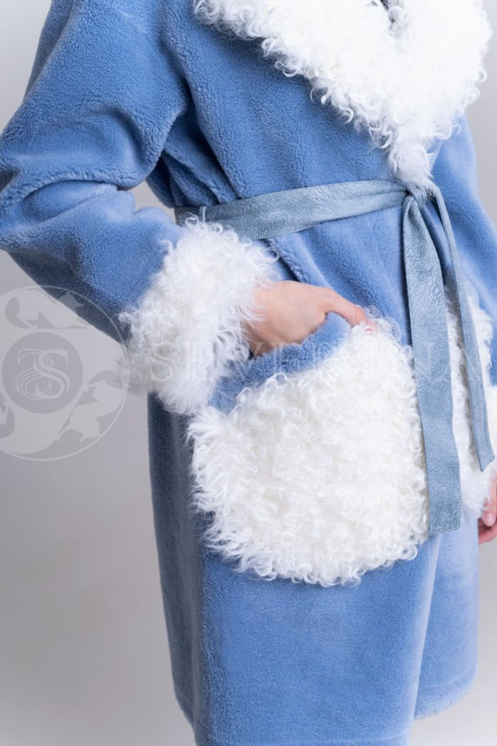palto jekomeh goluboe c beloj otdelkoj3 700x1050 - пальто из меха овчины с отделкой мехом козлика