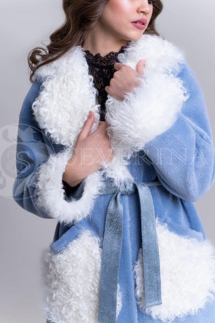 palto jekomeh goluboe c beloj otdelkoj4 700x1050 - пальто из меха овчины с отделкой мехом козлика