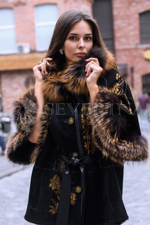 куртка-дубленка с отделкой мехом лисы и вышивкой