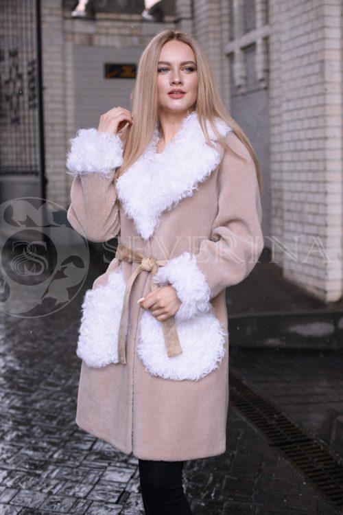 palto bezhevoe belaja otdelka kozlik 3 500x750 - пальто из меха овчины с отделкой мехом козлика