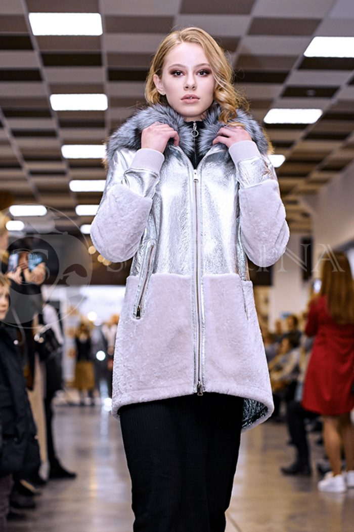serebristaja2 2 700x1050 - куртка-дубленка из металлизированной кожи и овчины с отделкой мехом чернобурки