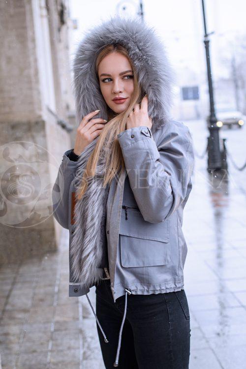 kurtka kortkaja parka seraja lisa 1 500x750 - куртка с отделкой из меха лисы