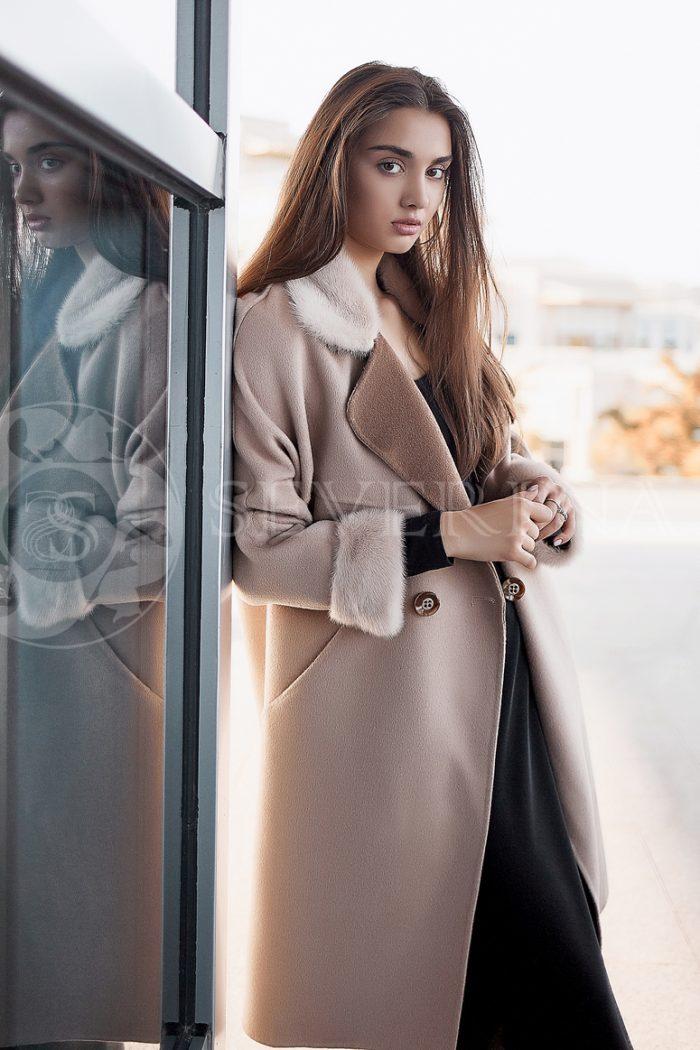 palto njud norka 700x1050 - пальто с отделкой из меха норки пудрового цвета