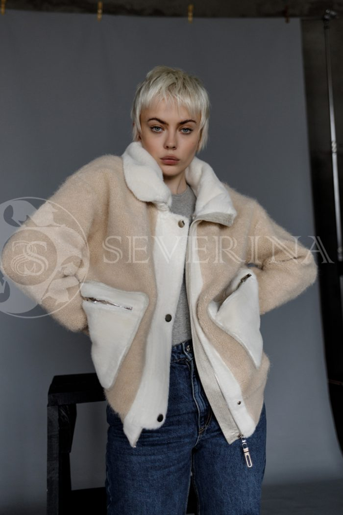 kurtka bezhevaja ovchina 700x1050 - куртка-бомбер из овчины