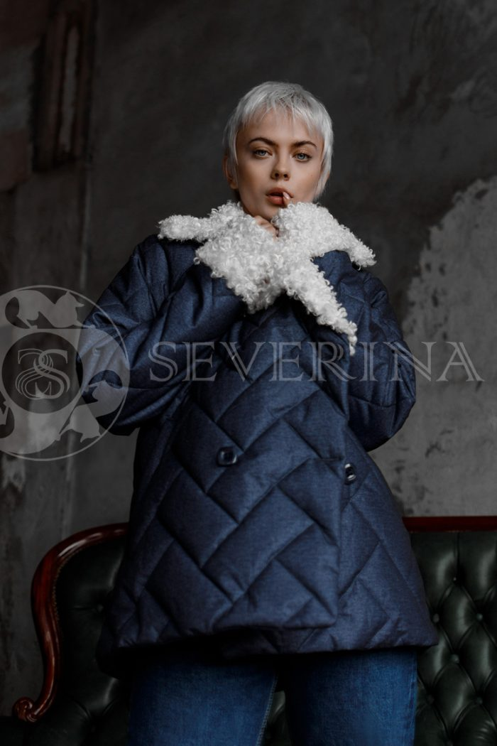 steganka sinjaja belyj kozlik 700x1050 - куртка с английским воротником и манжетами из меха козлика